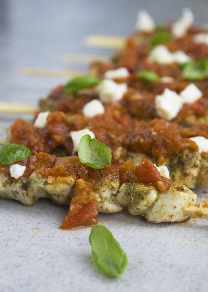 Pesto-kipspiesjes met tomatensaus en mozzarella