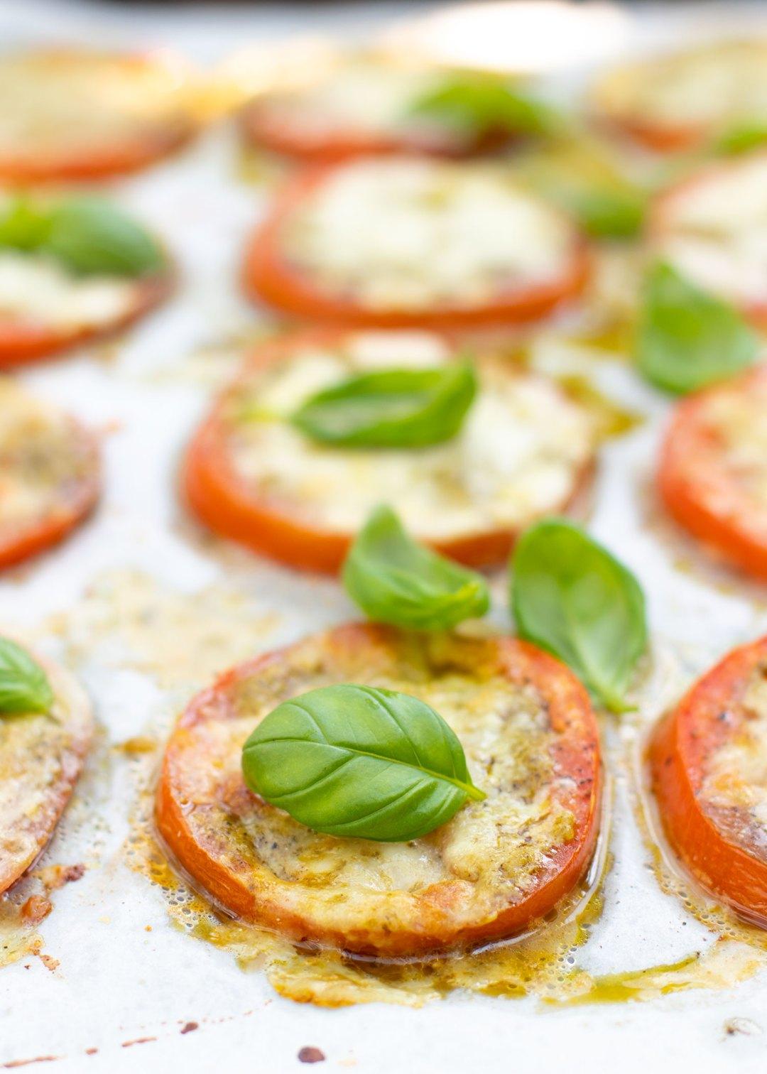 Tomaten uit de oven met mozzarella & pesto