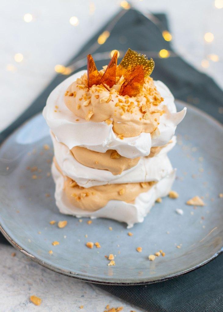 Karamel-meringue taartjes met geroosterde amandelen