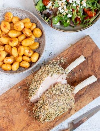 Kalfsrack in kruidenkorst met knoflook krieltjes & een frisse salade