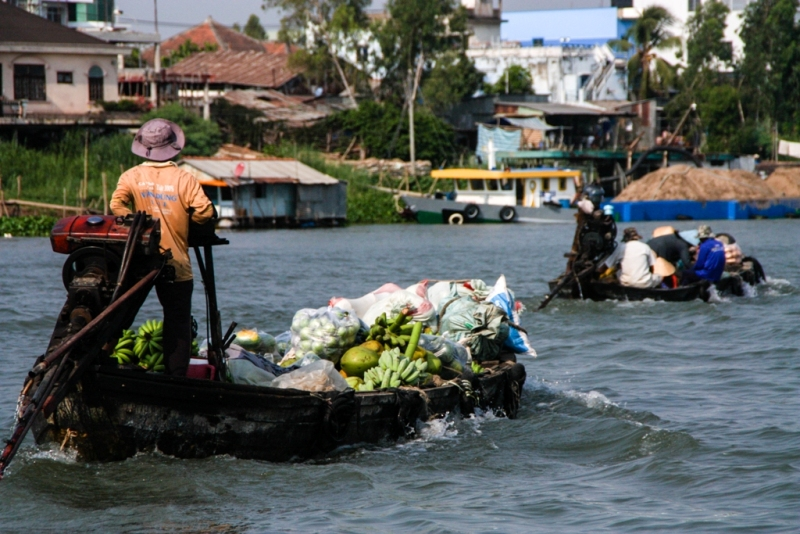 This image captures two boats leaving the market, laden down with the day's produce. I like that they're both headed off in the same direction.