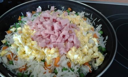 ARROZ TRES DELICIAS. Sano, barato, sencillo y gusta a todos. Cinco ingredientes básicos y un platos estrella. Arroz, huevo, york, guisantes y zanahoria.