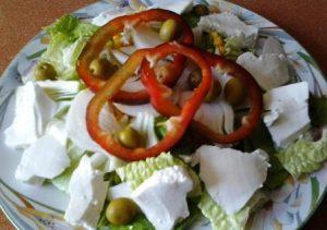 ENSALADA DE QUESO FRESCO Y ALIÑO DE MOSTAZA. Sencilla y muy sana. Se te preocupas por comer saludable, esta es tu ensalada.