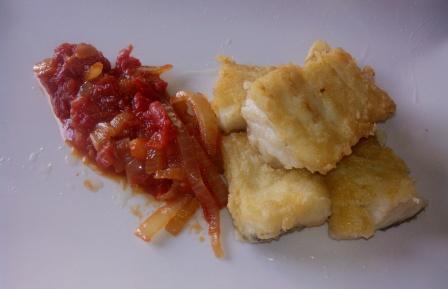 BACALAO CON FRITADA DE TOMATE. El bacalao es uno de mis pescados favoritos y se puede preparar de mil maneras. Con esta fritada de tomate y cebolla, divino.