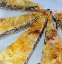 QUICHE CON PASAS, BACON Y PIÑONES es una variante de la típica quiche. Fíjate bien en los ingredientes y sabrás que está realmente sabrosa.