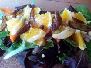 La ensalada de naranja es un buen acompañamiento para carnes o pescados fuertes. Aporta un toque de frescor.