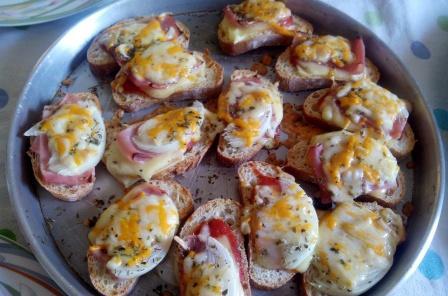 """MINI PIZZAS DE PAN. Son divertidas de preparar y divertidas de comer. Una manera sencilla de disfrutar de la cocina y de poder """"crear"""". Y súper fácil."""