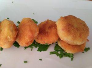 TORTITAS DE PATATA con jamón Y bacalao. Crujientes y melositas a la vez. Una receta que necesita algo de tiempo, pero con un resultado espectacular.