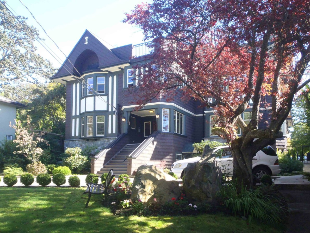 1015 Moss Street, built in 1912-13 by architects Percy Leonard James and Douglas James for Dr. James Helmcken and Ethel Helmcken (photo by Victoria Online Sightseeing)