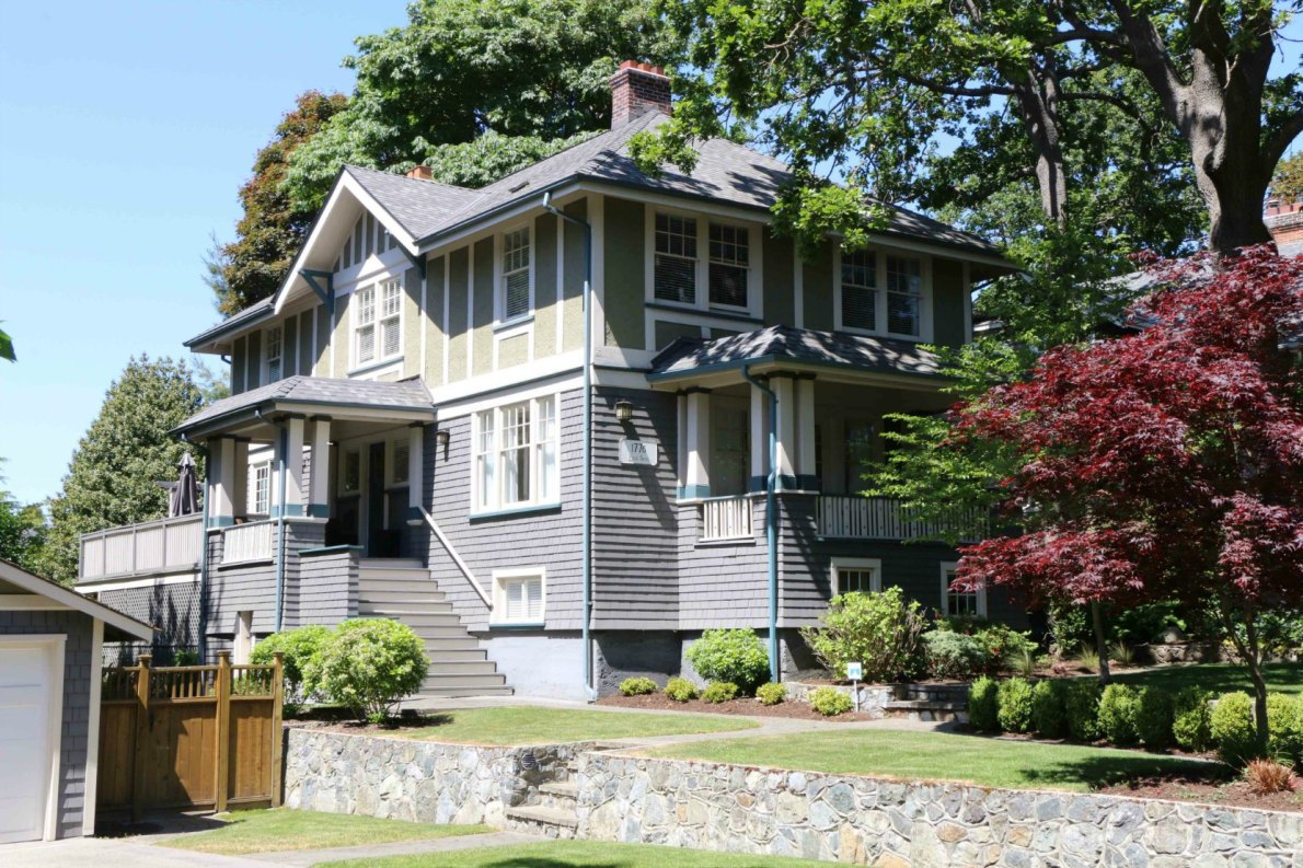 1776 Beach Drive, Oak Bay. Built in 1913 by architect C. Elwood Watkins (photo by Victoria Online Sightseeing Tours)