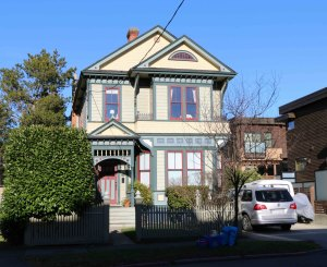 1012 Rishardson Street, built in 1892 by architect John Teague. (photo by Victoria Online Sightseeing Tours)