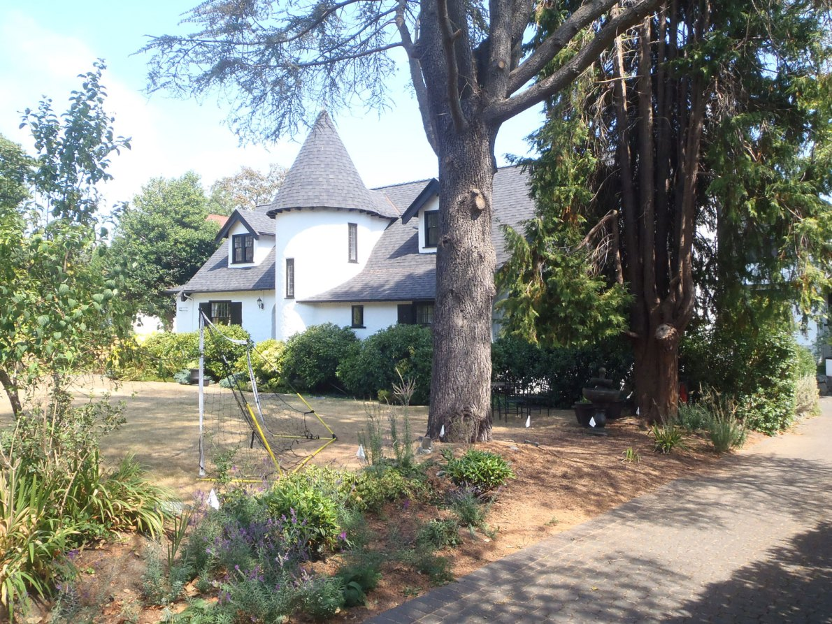855 Pemberton Road, Victoria, BC. Built in 1906-1907 for Alfred Cornelius Flumerfelt. The design is attributed to architect William D'Orly Rochfort (photo: Victoria Online Sightseeing Tours)