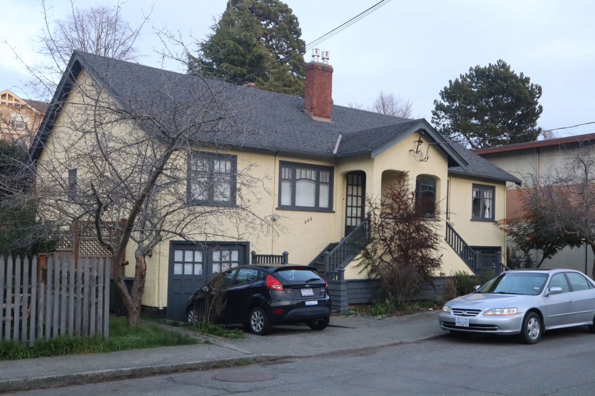 920-922 Convent Place, a duplex built in 1932 (photo: Victoria Online Sightseeing)