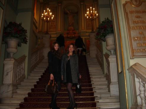 Inés Troytiño -NU ·NAME- con Valentina Delnevo en la escalinata