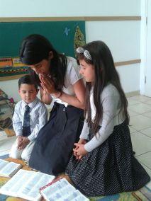 Mae-orando-com-os-filhos