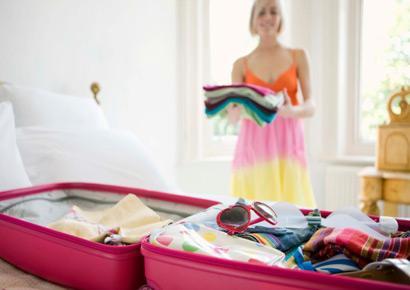 Ajuste das roupas nas malas femininas
