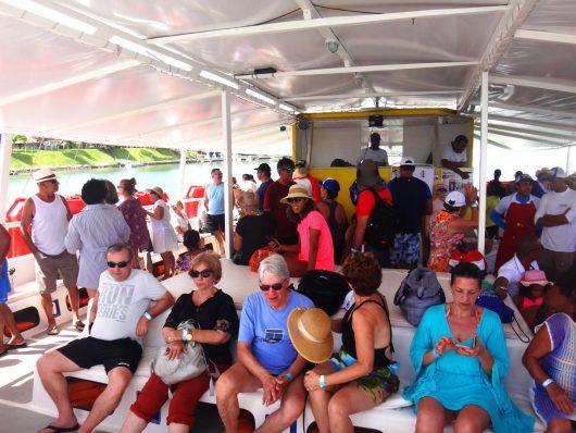 Turistas no catamarã - Aracaju - SE