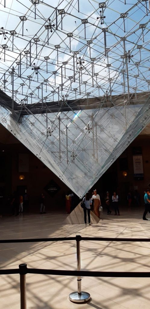 Pirâmide invertida do Louvre