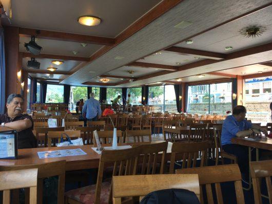Restaurante do cruzeiro no Rio Reno
