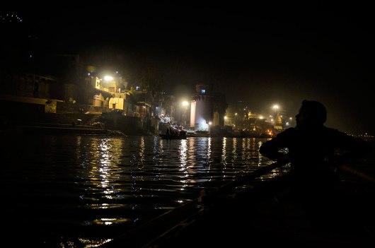 Passeio de barco à noite no Rio Ganges