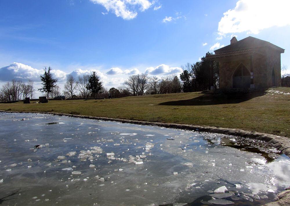 Lago helado en Casillas, ermita de San Isidro