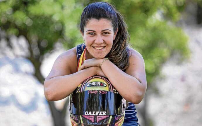 Pakita Ruiz campeona de España de Motociclismo sonriendo
