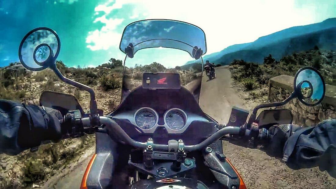 Cámara subjetiva conduciendo una moto