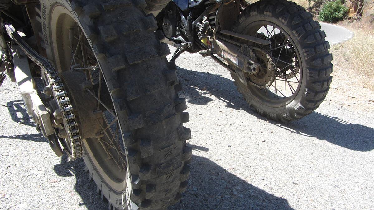 Africa Twin 750 con los neumáticos destrozados, sin tacos