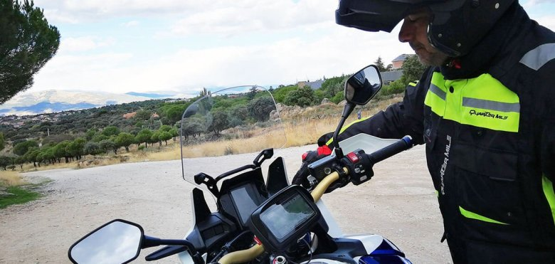 piloto y moto honda africa twin