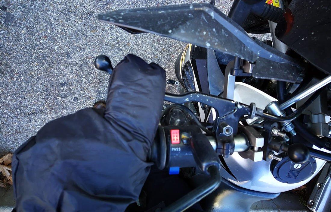 Agarrando el embrague con manoplas impermeables de tres dedos