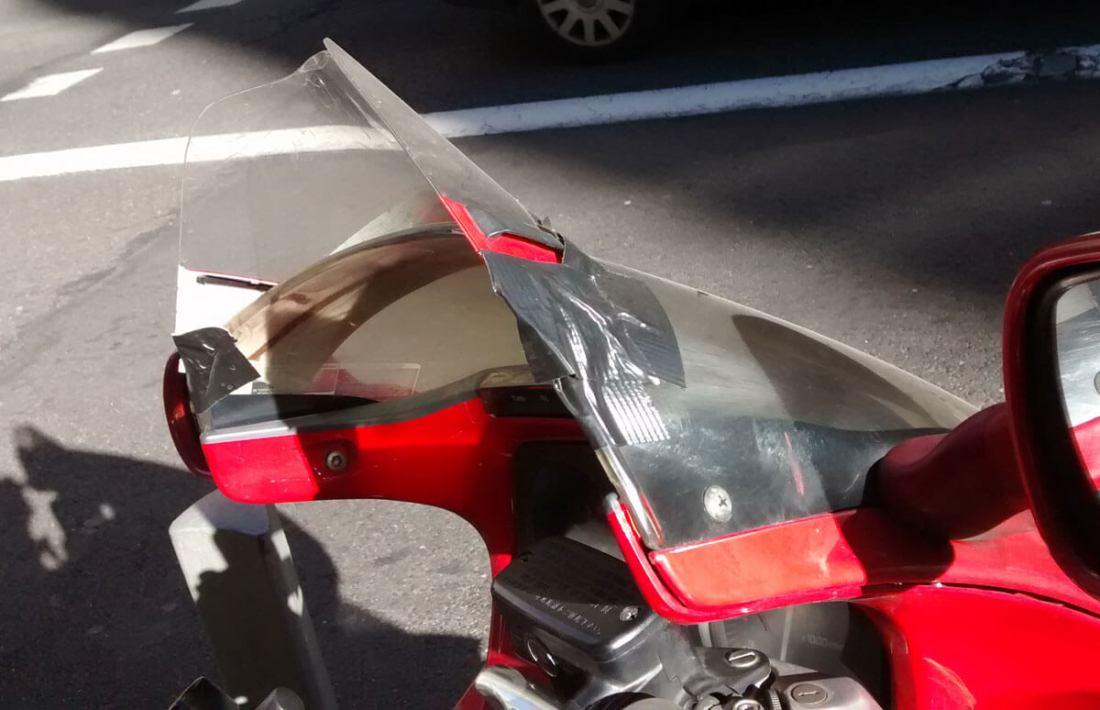 Moto con visera de casco sobre su cúpula