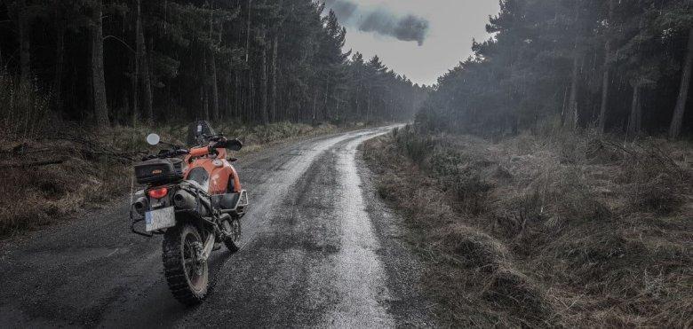 KTM 990 de LeonAdventure bajo la lluvia en los montes de León