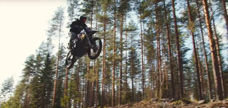Moto Suzuki saltando en el monte