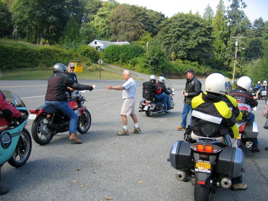 Grupo de motos paradas en un checkpoint