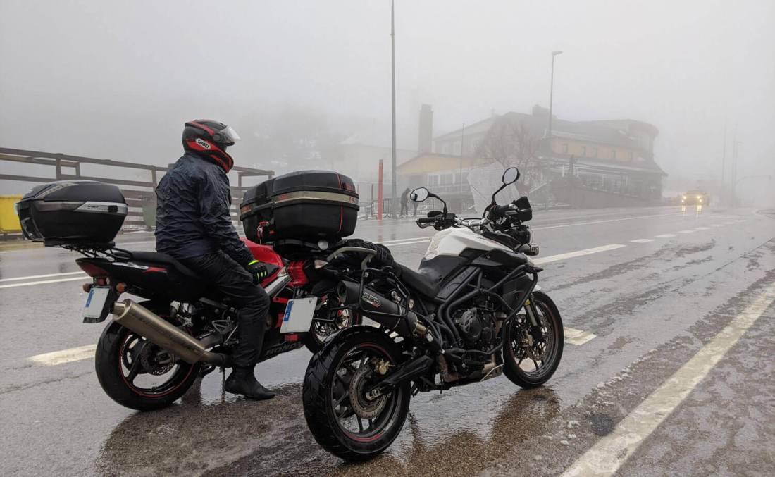 Dos motos entre la niebla en lo alto del Puerto de Navacerrada, Madrid