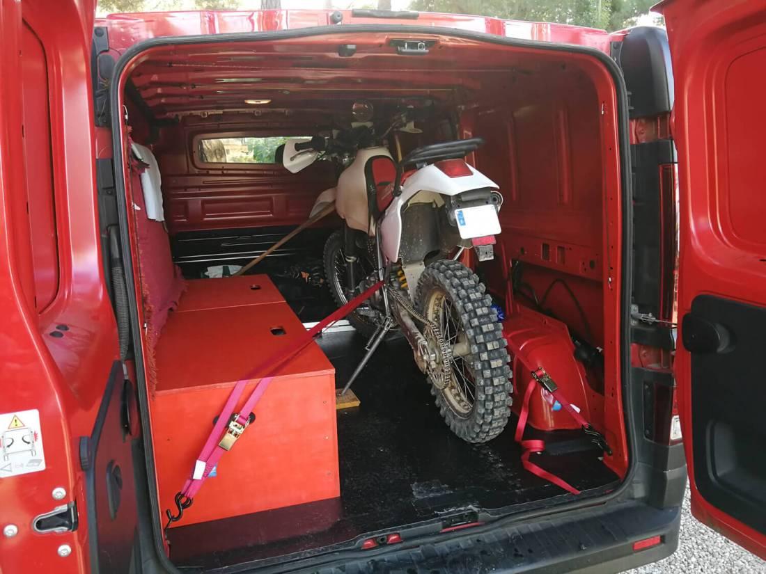 moto dentro de furgoneta