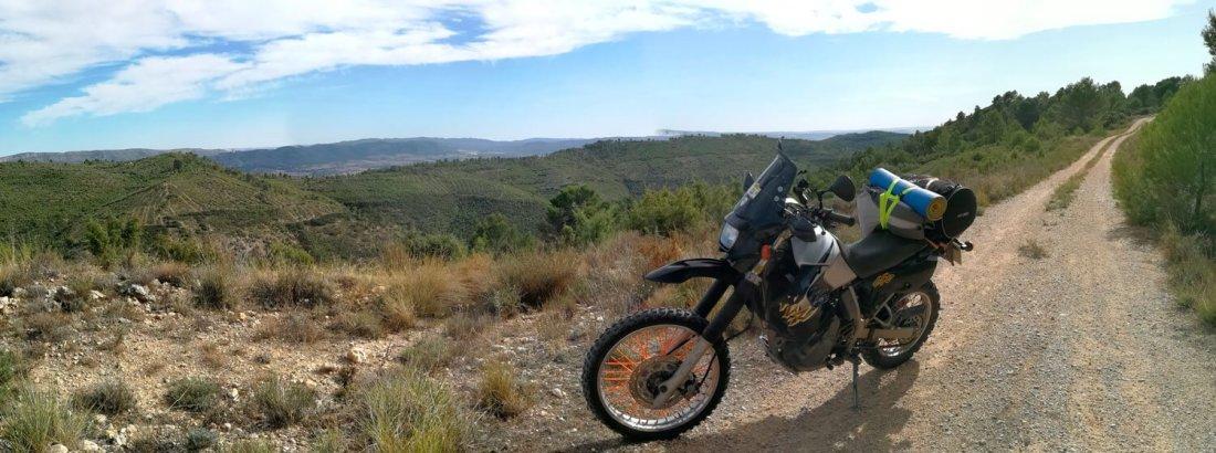 Moto con equipaje en camino de tierra