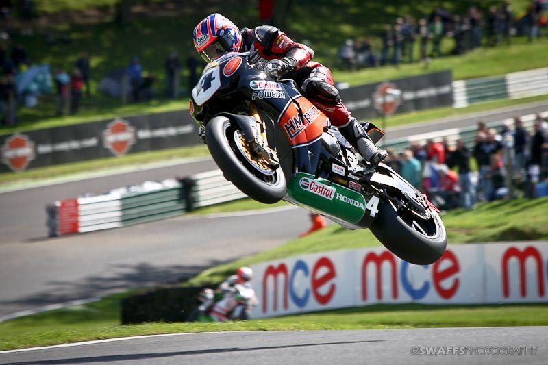 Moto saltando en Cadwell Park
