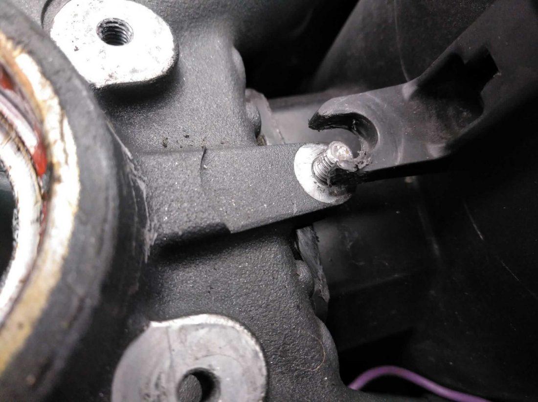 Pieza de moto suelta, partida o desajustada