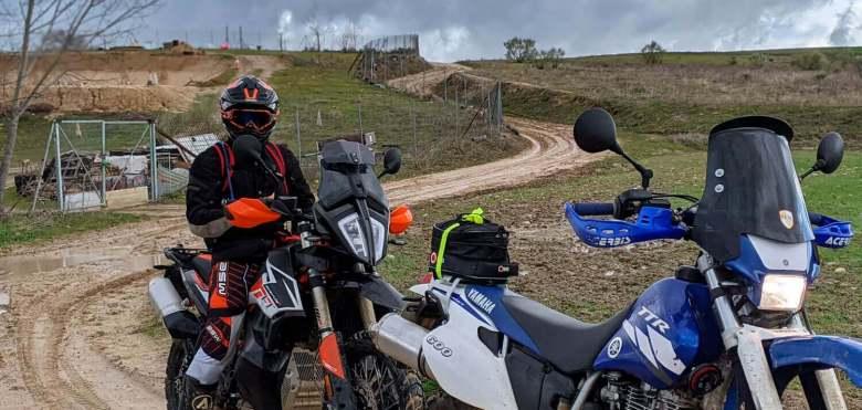 Yamaha TT 600 RE y KTM 790 en un día gris