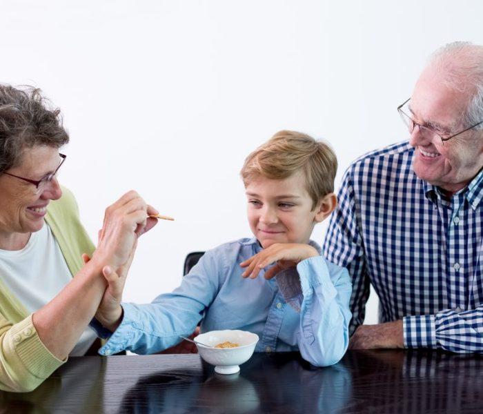 Los abuelos que cuidado a sus nietos tienen menos probabilidades de desarrollar Alzheimer.