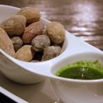 Сморщенный картофельс соусами мохо