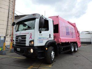 Outubro Rosa: Pintados, caminhões de coleta chamam atenção por onde passam