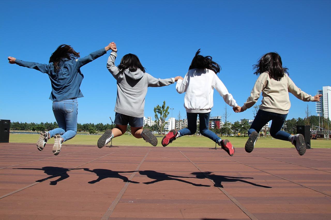 crianças a saltar