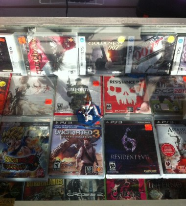Las tiendas físicas tienen cestas con videojuegos baratos y a precio reducido.