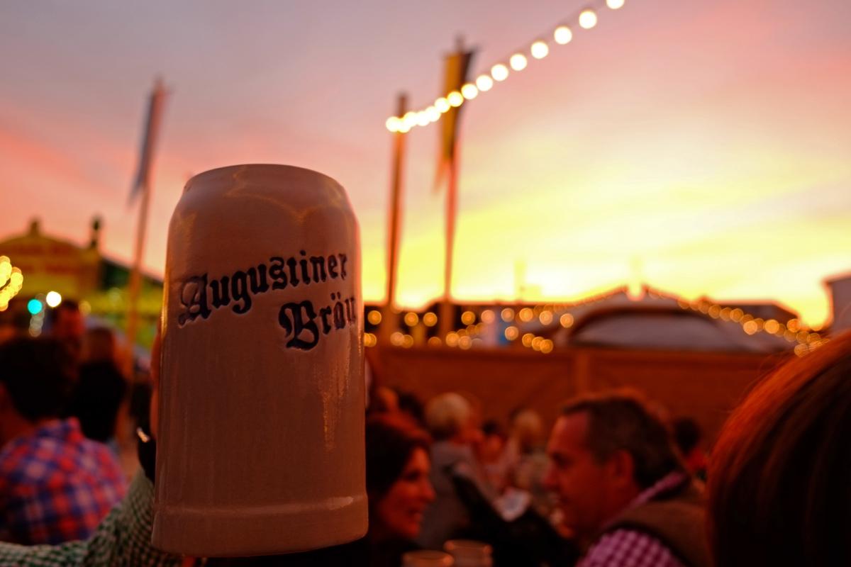 Videonauts Oktoberfest oide Wiesn Sunset