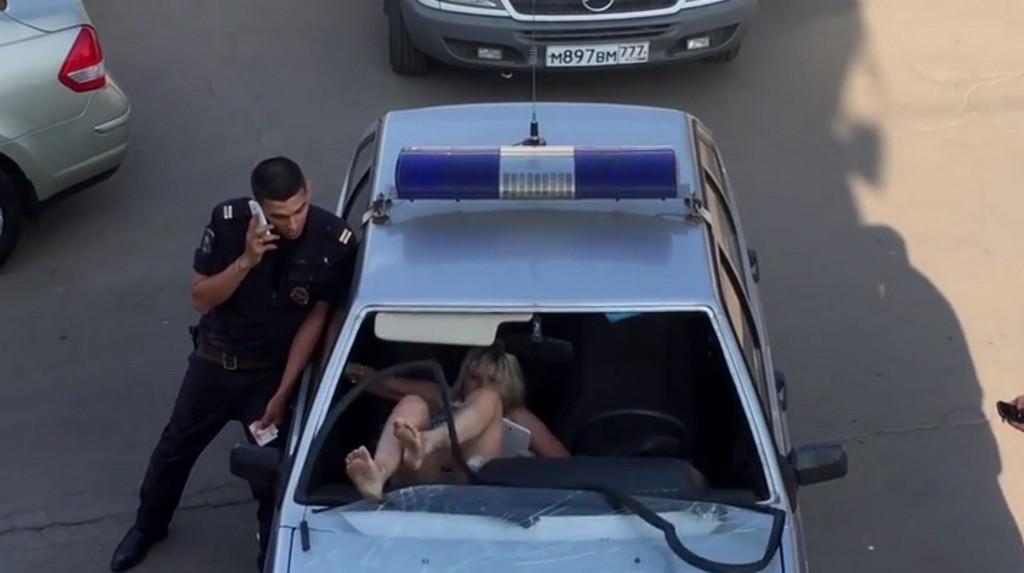ivre elle casse le pare brise de la voiture de police avec ses pieds videos de police com. Black Bedroom Furniture Sets. Home Design Ideas