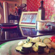 Schnippeln und Zuschauen. Let's Plays in der Küche. (Bild: Daniel Wagner, Instagram)