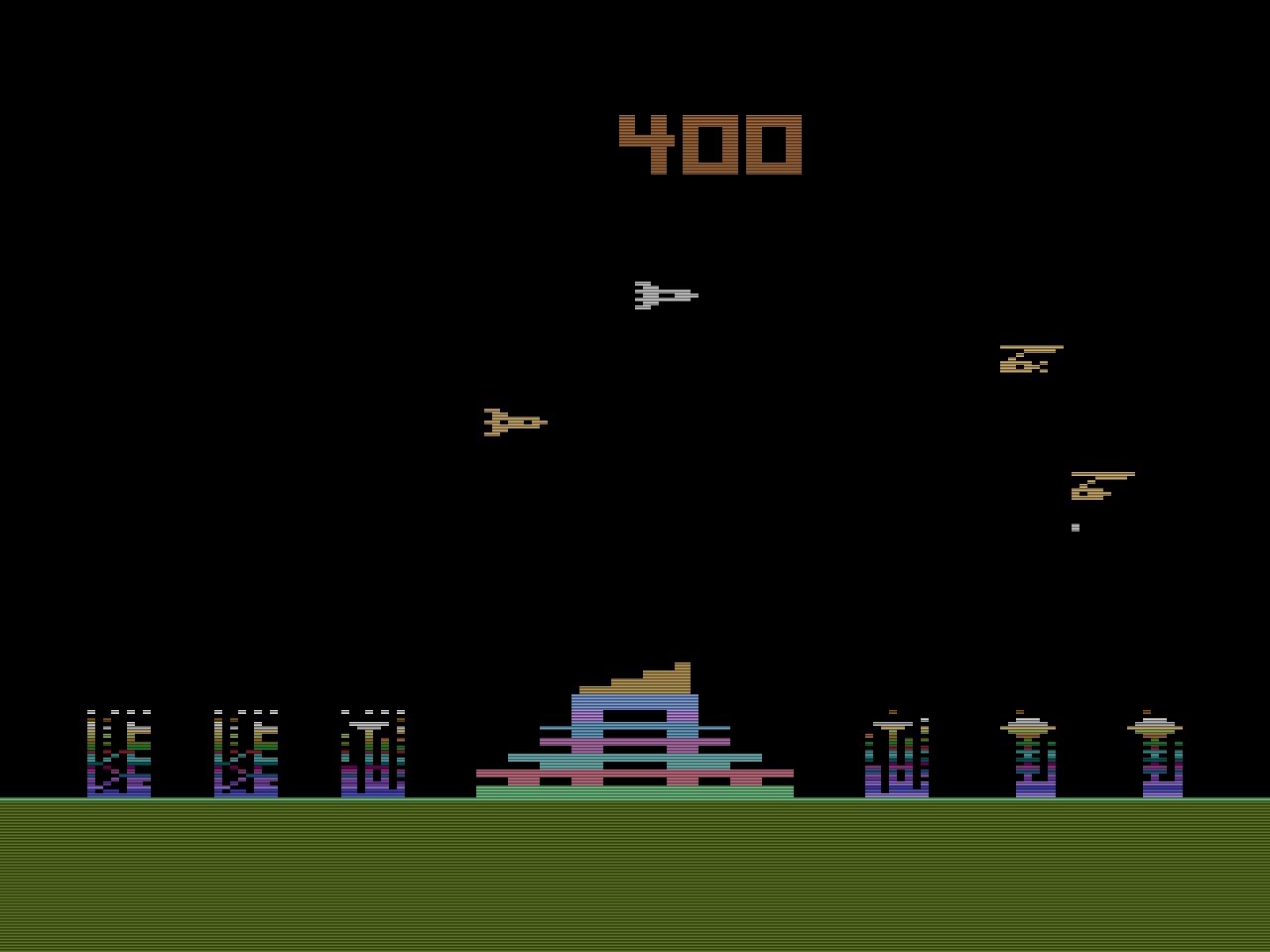 Quelles Angriff der Luftflotten von 1983 war ein Klon von M.A.D. das bereits 1982 von U.S. Games in Nordamerika veröffentlicht wurde. Vom grundsätzlichen Spielprinzip handelt es sich um eine Missile Command Variante. (Bild: Quelle International)