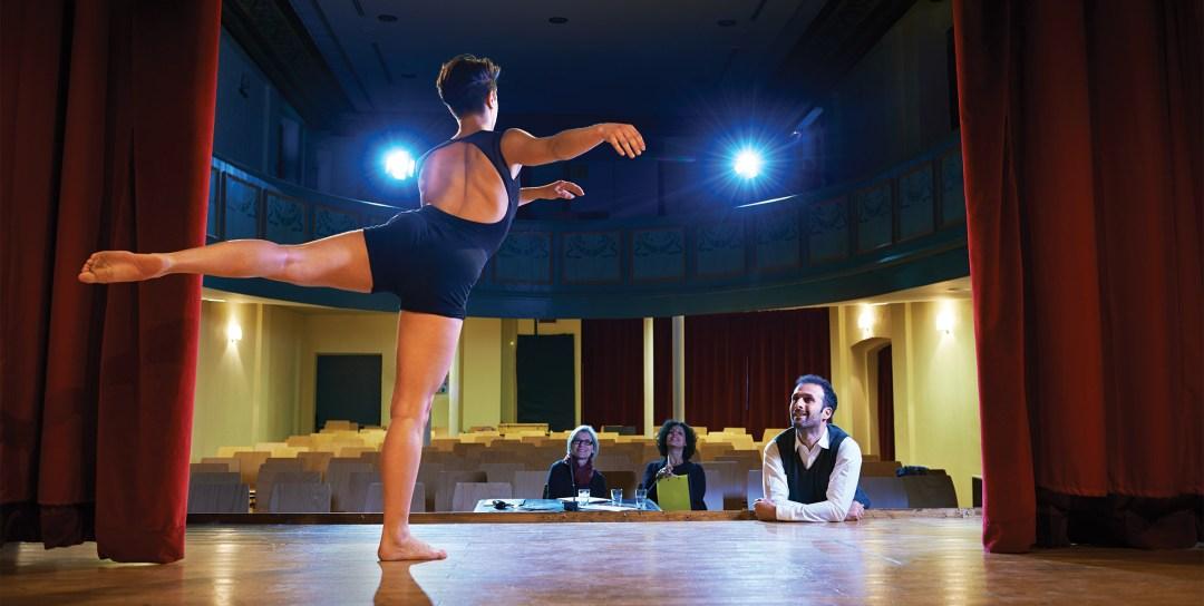 Danser på scene mens instruktør ser på, Yay-Images, foto: Diego Cervo